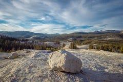 Ijzige onregelmatige kei, het Nationale Park van Yosemite stock afbeeldingen