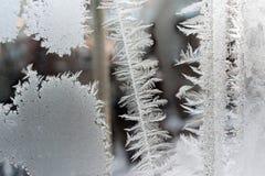 Ijzige patronen in de vorm van cirkels en strepen op het venster Royalty-vrije Stock Foto