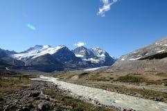 Ijzige Rivier op Icefield-Brede rijweg met mooi aangelegd landschap Stock Fotografie