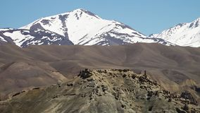 Ijzige sneeuw behandelde bergen stock videobeelden