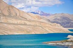 Ijzige Wateren van Bulunkul Meer, Tajikistan stock foto's