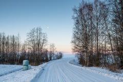 Ijzige weg in een platteland in een de winterochtend royalty-vrije stock afbeeldingen