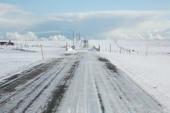 Ijzige weg in noordelijk Noorwegen Stock Foto's