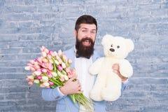 Ik ben droevig de dag van vrouwen Liefde u zo veel 8 maart De lentegift Gebaarde mens hipster met bloemen Gebaarde mens met tulp royalty-vrije stock foto
