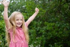 Ik ben zeer het gelukkige zijn me Het kleine lange haar van de kindslijtage Meisje met blond haar Gelukkig meisje met aanbiddelij royalty-vrije stock foto