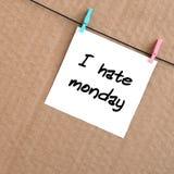 Ik haat Maandag De nota wordt geschreven op een witte sticker die verstand hangt stock foto's