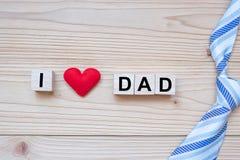 Ik houd DAD van tekst met rode hartvorm op houten achtergrond Gelukkige Vaderdag en de Dagconcepten van Internationale Mensen royalty-vrije stock fotografie