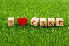 Ik houd van cake in houten kubus stock foto