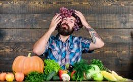 Ik houd van de Herfst gebaarde rijpe landbouwer seizoengebonden vitaminevoedsel Nuttige fruit en groente mensenchef-kok met rijk  royalty-vrije stock foto's