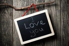 Ik houd van u die bericht op weinig bord wordt geschreven stock foto