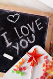 Ik houd van u, geschreven op een bord met krijt, karamel, suikergoed, ster, toverstokje, valentijnskaartendag, romantische valent Royalty-vrije Stock Foto