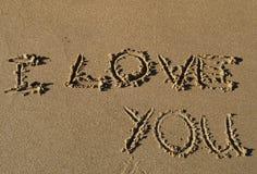 Ik houd van u geschreven in zand Royalty-vrije Stock Afbeeldingen