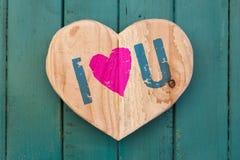 Ik houd van u het houten hart van het Valentijnskaartenbericht op geschilderd turkoois Royalty-vrije Stock Foto's