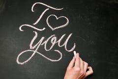 Ik houd van u Met de hand geschreven bericht op een bord met hand Royalty-vrije Stock Foto