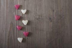 Ik houd van u nota neem van met roze rozen op een houten lijst, valentijnskaartendag Stock Fotografie