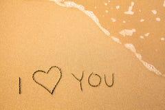 Ik houd van u, tekst in het overzeese strand Stock Fotografie