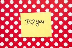 Ik houd van u - tekst op rode achtergrond met witte punten, verhouding en valentijnskaartendag royalty-vrije stock foto
