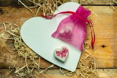 Ik houd van u - wit, eenvoudig die hart van hout op een romantische, eenvoudige rustieke achtergrond naast twee wit, harten wordt stock afbeelding