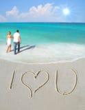 Ik houd van u in Zand door Paar Stock Afbeeldingen