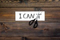 Ik kan concept Motiveer youself, geloof in zich Sciccors sneed de brief t van geschreven woord ik ` t kan Donkere houten royalty-vrije stock foto