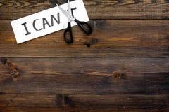 Ik kan concept Motiveer youself, geloof in zich Sciccors sneed de brief t van geschreven woord ik ` t kan Donkere houten royalty-vrije stock fotografie