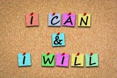 Ik kan en ik zal motivatiewoorden met zelfklevende nota's en spelden op cork aanplakbord Stock Fotografie