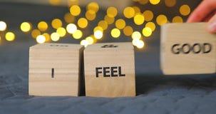 Ik voel Goede die woorden van houten decoratieve kubussen worden geschreven stock video