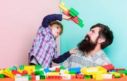 Ik wil een loods zijn Gelukkige familievrije tijd Liefde Kindontwikkeling de bouwvliegtuig met kleurrijke aannemer vader stock fotografie