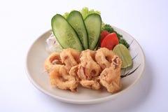 Ika Ring, calamaro affettato fritto nel grasso bollente in piatto giapponese isolato su w Fotografia Stock