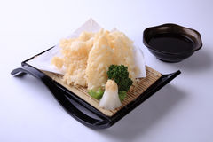 Ika Tempura, calamar cortado fritado no prato japonês isolou o Imagens de Stock