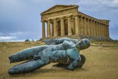Ikaro tombé devant le temple Sicile de Concorde Image stock