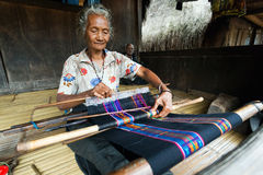 Ikat, das in traditionellem Dorf Bena spinnt stockfotografie