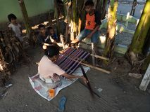 Ikat tissant dans Kalabahi photos stock