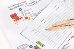 IKEA blyertspenna och shoppinglista royaltyfri bild