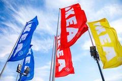 IKEA-Flaggen gegen einen blauen Himmel nahe IKEA Samara Store Lizenzfreies Stockbild