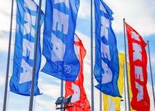 IKEA-Flaggen gegen einen blauen Himmel nahe IKEA Samara Store Lizenzfreies Stockfoto
