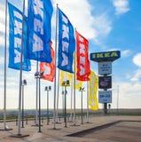 IKEA-Flaggen nahe IKEA Samara Store IKEA ist der großen Welt Stockfotografie
