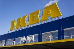 IKEA-het embleem van het meubilairbedrijf bij de bouw buiten op 25 Februari, 2017 in Praag, Tsjechische republiek Stock Afbeelding