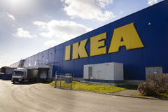 IKEA-het embleem van het meubilairbedrijf bij de bouw buiten op 25 Februari, 2017 in Praag, Tsjechische republiek Stock Foto's