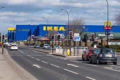 Ikea lager i Sheffield - skott som tas från ett avstånd som visar den iconic logoen längs huvudvägen royaltyfri bild