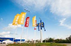 IKEA lagerflaggor nära dess ingång Fotografering för Bildbyråer