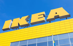IKEA-Logo gegen blauen Himmel Stockbild