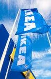 IKEA markeert het golven op wind tegen een blauwe hemel dichtbij IKEA Samar Royalty-vrije Stock Afbeeldingen