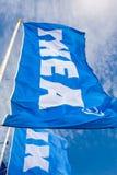 IKEA markeert het golven op wind tegen een blauwe hemel dichtbij IKEA Samar Stock Afbeelding