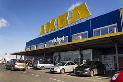 IKEA meblarskiej firmy logo na budynek powierzchowności na Luty 25, 2017 w Praga, republika czech Zdjęcia Royalty Free