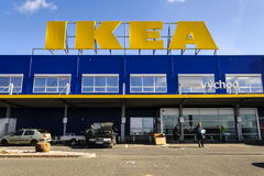 IKEA meblarskiej firmy logo na budynek powierzchowności na Luty 25, 2017 w Praga, republika czech Zdjęcie Stock
