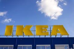 IKEA meblarskiej firmy logo na budynek powierzchowności na Luty 25, 2017 w Praga, republika czech Obrazy Stock