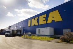 IKEA meblarskiej firmy logo na budynek powierzchowności na Luty 25, 2017 w Praga, republika czech Zdjęcia Stock