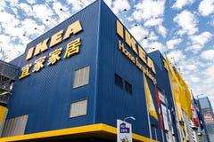 IKEA przechuje pod pięknym obłocznym niebem obraz stock