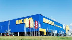 IKEA Samara Store IKEA é o varejista e as vendas os maiores da mobília do ` s do mundo prontos para montar a mobília Fundado na S vídeos de arquivo
